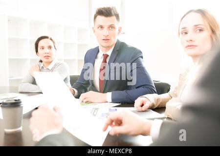 Unternehmen Mitarbeiter hören Chef - Stockfoto