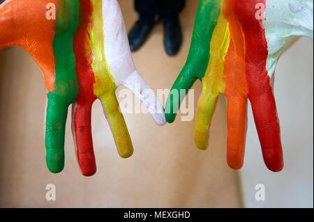 Männliche Hände schließen lackiert mit jedem Finger in einer anderen Farbe - Stockfoto