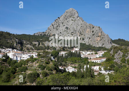 Blick auf die andalusischen weißen Dorf zwischen Bergen, Grazalema, Naturpark Sierra de Grazalema, Andalusien, Spanien, Europa - Stockfoto