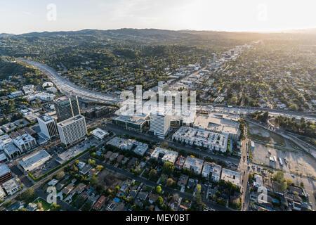 Los Angeles, Kalifornien, USA - 18. April 2018: Luftaufnahme von San Diego 405 Freeway und Ventura Blvd in Sherman Oaks Bereich des San Fernando Val - Stockfoto