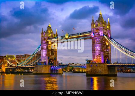 London, Vereinigtes Königreich von Großbritannien: Nachtansicht der Bridge Tower nach Sonnenuntergang - Stockfoto