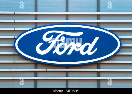 Ford Logo auf den Aufbau des Betriebs. Der Ford Motor Company ist eine US-amerikanische multinationale Automobilunternehmen in Dearborn, Michigan gehabt. - Stockfoto