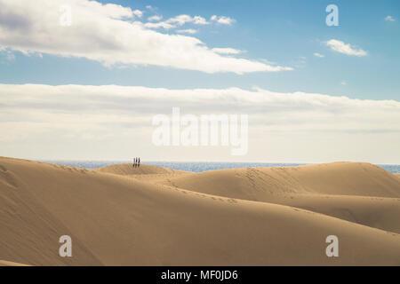 Spanien, Kanarische Inseln, Gran Canaria, Menschen auf Sanddünen von Maspalomas - Stockfoto