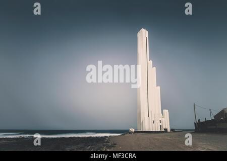 Spanien, Kanarische Inseln, Teneriffa, Punta de Hidalgo, Leuchtturm an der Küste - Stockfoto