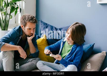 Vater auf Sohn schnitzen zu Hause - Stockfoto