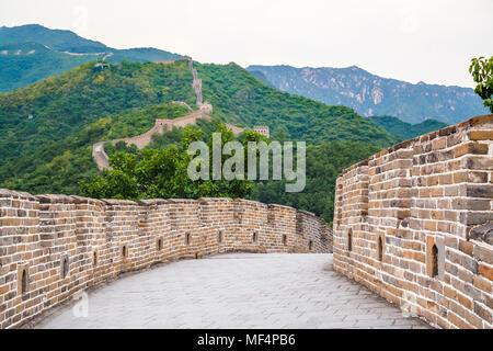 Wahrzeichen der Großen Mauer und die Berge. China - Stockfoto