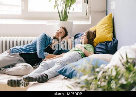 Lächelnd Vater und Sohn zu Hause suchen - Stockfoto