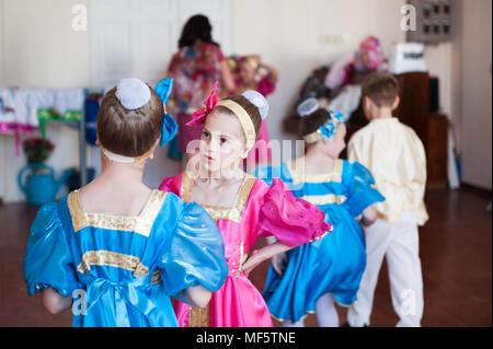 Gruppe von Kindern in der Russischen bunte ethnische Tracht vor Konzert zeigen - Stockfoto
