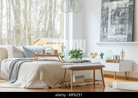 ... Malerei Vor Weißen Schrank In Modernes Schlafzimmer Innenraum Mit  Grauen Bank Vor Bett   Stockfoto