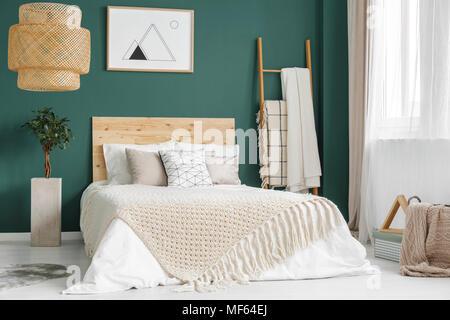 ... Anlage Und Rattan Lampe Grün Gemütliches Schlafzimmer Mit Bett Aus Holz  Gegen Die Wand Mit Poster