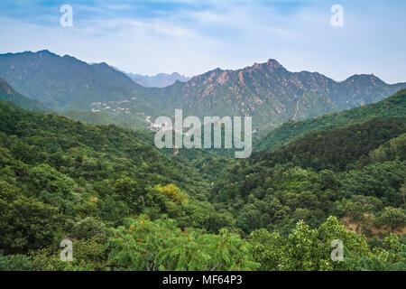 Berglandschaft von der majestätischen Großen Mauer gesehen. - Stockfoto