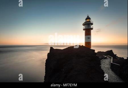 Spanien, Kanarische Inseln, Teneriffa, Punta de Teno, Leuchtturm an der Küste - Stockfoto