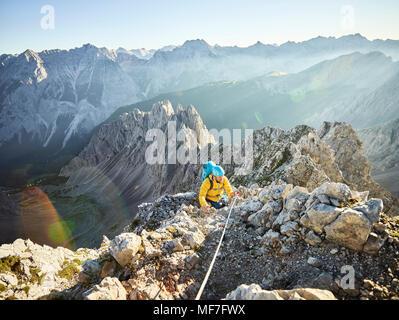 Klettersteig Innsbruck Nordkette : Österreich tirol innsbruck bergsteiger auf der nordkette