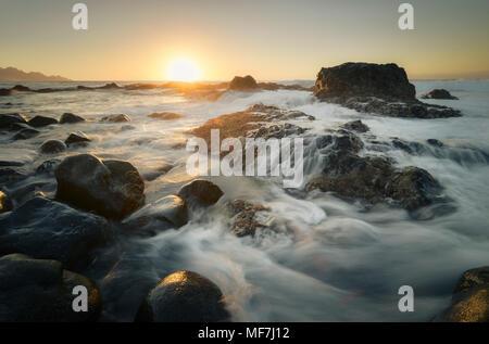 Spanien, Kanarische Inseln, Gran Canaria, Puerto de las Nieves, Sonnenuntergang an der Küste - Stockfoto