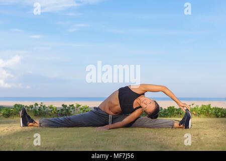 Indonesien, Bali, Frau Stretching - Stockfoto