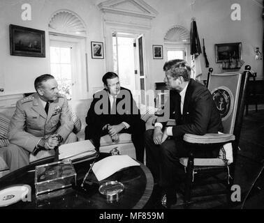 AR 8153-A vom 2. Oktober 1963 Präsident Kennedy trifft sich mit General Maxwell Taylor und Verteidigungsminister Robert McNamara nach Ihrer Reise nach Vietnam. Foto: Abbie Rowe, Weißes Haus in der John-F.-Kennedy Presidential Library und Museum, Boston. - Stockfoto