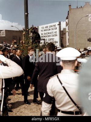 """CC 23984 26 JUN 1963 Präsident John F. Kennedy dauert ein Spaziergang rund um 'Checkpoint Charlie' bei seinem Besuch in Berlin. Mit dem Präsidenten ist West Berliner Bürgermeister Willy Brandt. Bitte Kredit"""" US Army Signal Corps/John F. Kennedy Presidential Library und Museum, Boston' - Stockfoto"""