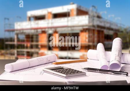 Baupläne mit Taschenrechner und eine Shell im Hintergrund - Stockfoto