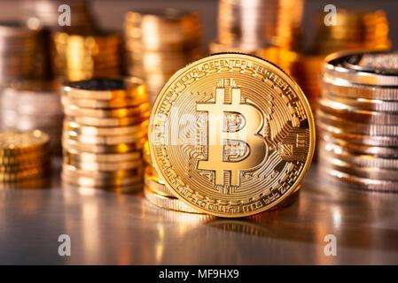 Münze der Crypto-Währung Bitcoin mit mehrere Stapel Münzen im Hintergrund - Stockfoto