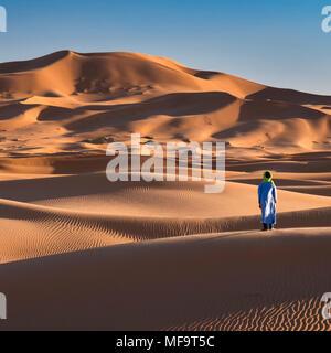Ein Berber Mann steht am Rande der Sahara, Erg Chebbi, in der Nähe von Fes, Marokko MODEL RELEASED - Stockfoto