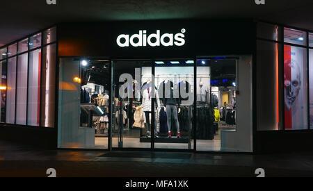Adidas Shop in der Nacht in der Stadt. - Stockfoto