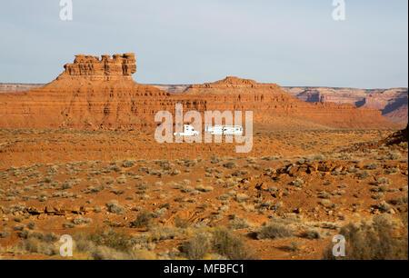 Eine weiße semi Traktor Truck und Trailer Camper recreational vehicle RV Camping in der Wüste Landschaft des südlichen Utah, Südwesten der USA - Stockfoto