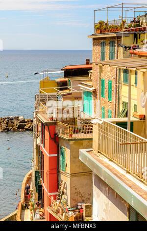 Riomaggiore (Rimazuu), einem Dorf in der Provinz von La Spezia, Ligurien, Italien. Es ist eines der Länder der Cinque Terre, UNESCO Weltkulturerbe - Stockfoto