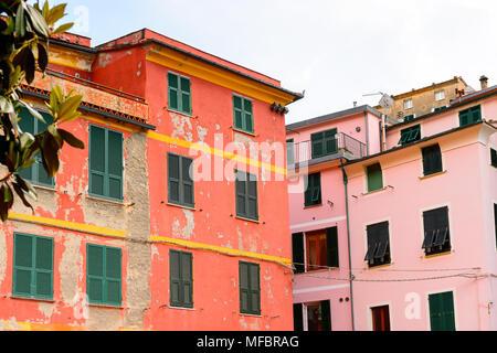 Architektur von Vernazza (vulnetia), einer kleinen Stadt in der Provinz von La Spezia, Ligurien, Italien. Es ist eines der Länder der Cinque Terre, UNESCO-Herita - Stockfoto