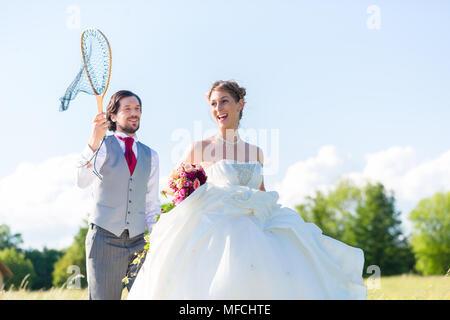 Hochzeit Bräutigam fang Braut mit Net - Stockfoto