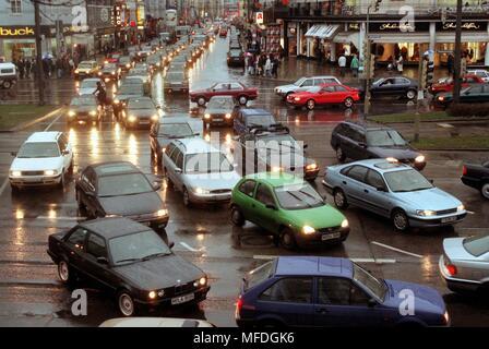 Am 29.12.1997, am ersten Werktag nach Weihafterten, der Verkehr in der Münchner Innenstadt brach auf nach 12.00 Uhr. Wie hier an der Kreuzung Sonnen- und Lindwurmstraße, die Autofahrer langsam Fortschritte gemacht und blockiert die Kreuzung. Vor allem Einkäufer und Besucher aus der Umgebung verursacht einen Stau in der ganzen Stadt, ein Sprecher der Polizei berichtete. Beginnend mit totag alle Parkhauser waren geschlossen wegen Überfüllung. Bereits am Montag vor dem Weihafterten hatte es ein verkehrskollaps in der Innenstadt von München. Durch die Verdrängung der Straßen und Parkplätze g - Stockfoto