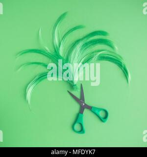 Perücke und Schere neon grün Ton Frisur Hintergrund. - Stockfoto