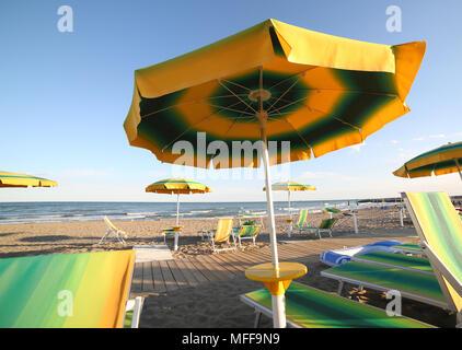 Viele Sonnenschirme am Strand am Meer im Sommer - Stockfoto