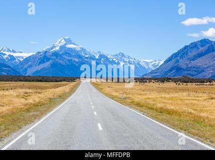 Neuseeland Südinsel Neuseeland eine gerade, leere Straße ohne Verkehr in Cook Nationalpark Neuseeland Mount