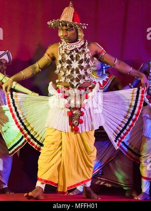 Vertikale Porträt einer Kandyan Tänzerin in Kandy, Sri Lanka. - Stockfoto