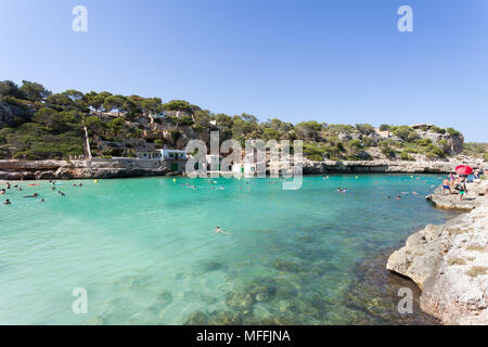 Cala Llombards, Mallorca, Spanien - August 2016 - Menschen schwimmen an den Strand von Cala Llombards - Stockfoto