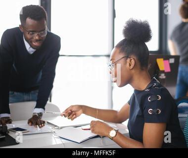 Schwarz schöne Studenten in Gläser sind Studing in der Hochschule. männliche Tutor hilft Frauen, wer hat Probleme in Mathe - Stockfoto