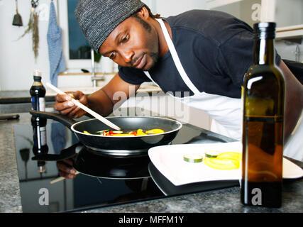 Küchenchef im Restaurant Küche bereitet eine spezielle Mahlzeit - Stockfoto