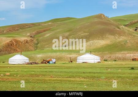 Shine-Ider Bezirk, Mongolei - Juli 22, 2010: mongolische Jurten genannt Gers auf Steppe in der Provinz Khovsgol, nördliche Mongolei - Stockfoto