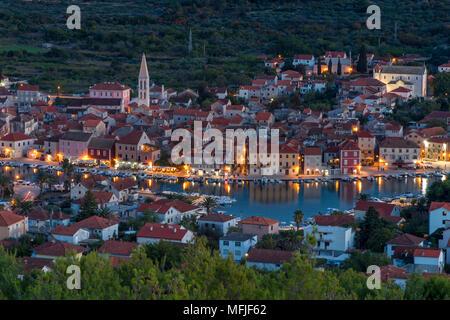 Blick vom Lookout auf Glavica Hügel über Stari Grad auf der Insel Hvar in der Dämmerung, Hvar, Kroatien, Europa - Stockfoto