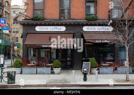 Denken Kaffee, 1 Bleecker St, New York, NY. aussen Verkaufsplattform für einen Coffee Shop und Straßencafé im East Village Viertel von Manhattan. - Stockfoto
