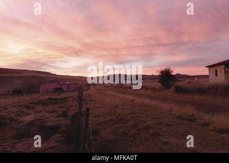 Matatiele, Eastern Cape, Südafrika. 11. Juni 2016. Ein Sonnenuntergang in einem kleinen ländlichen Dorf Matatiele - Eastern Cape Provinz, in der Nähe der Lesotho Berge. Quelle: Stefan Kleinowitz/ZUMA Draht/Alamy leben Nachrichten - Stockfoto