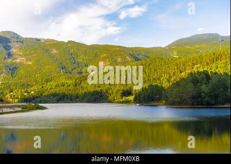 River Valley und die wunderschöne Landschaft von Norwegen - Stockfoto