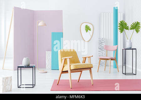 ... Neue Minimalismus Konzept   Geräumig, Weiß Wohnzimmer Einrichtung Mit  Modernen Bunten Möbeln Und Dekorationen