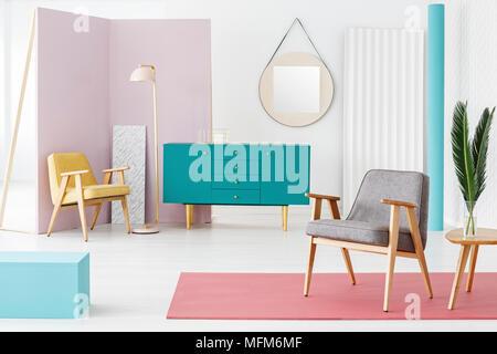 Kreative, Holzmöbel Komposition und Farbgebung Idee für eine moderne, hipster Wohnzimmer Interieur mit Retro Design Elemente - Stockfoto