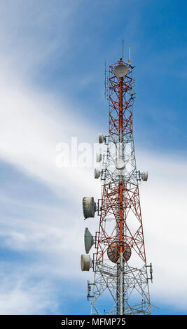 Telecommunication Tower mast TV Antennen Wireless Technologie mit blauer Himmel - Stockfoto