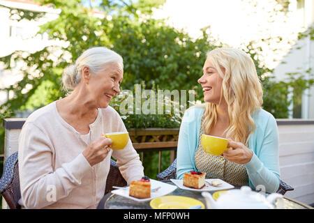 Tochter mit älteren Mutter Tee trinken im Cafe - Stockfoto