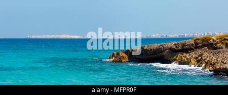 Malerischen Ionischen Meer Küste Blick vom Strand Punta della Suina, Salento, Apulien, Italien. Gallipoli Blick auf die Stadt in der Ferne. Zwei Schüsse Stitch-resoluti - Stockfoto