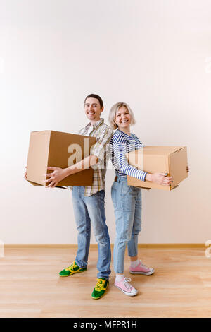 Bild des jungen Mann und Frau mit Karton - Stockfoto