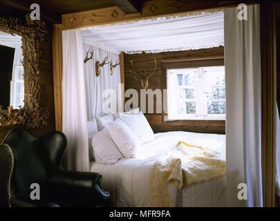 Sunrise Villa Mustique; Schlafzimmer Mit Rustikalem Holz Wände Aus Holz  Geschnitzten Himmelbett Mit Baldachin   Stockfoto