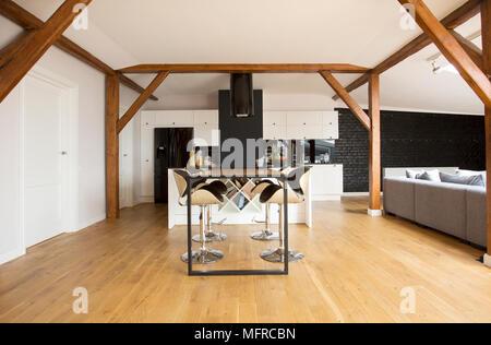 ... Modernen Barhockern Und Schwarzen Tisch Im Apartment Im Dachgeschoss  Interieur Mit Holzboden, Balken Und Grau